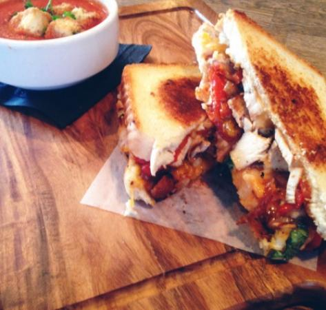 Surrey, Kanada: Chilli Chicken Grilled Cheese, Tomato Basil Bisque, Pappardelle Bolognese & The Lemon Meringue P