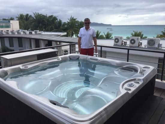 Discovery Shores Boracay: Loved the big hot tub, such a surprise 😀