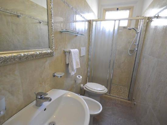 Nuovo bagno con decorazioni effetto marmo ed ampio bxo in cristallo ...