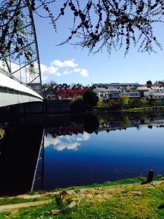 Bonar Bridge, UK: Looking back at the Hotel from the quayside of the old port.