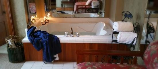 Sutherland House Victorian Bed and Breakfast: Parker House Suite whirlpool tub