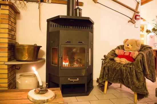 Areches, فرنسا: Coin feu pour se réchauffer après le ski