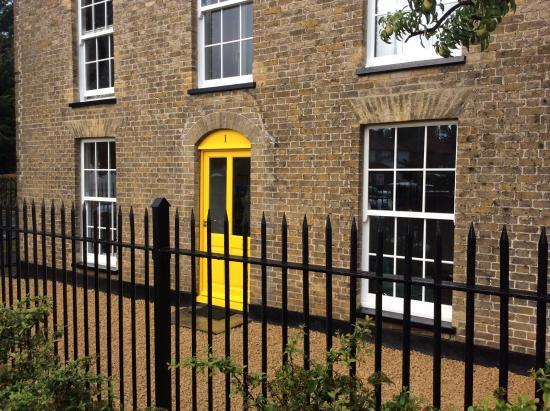 Swan Guest House LONDON - HEATHROW: Main door
