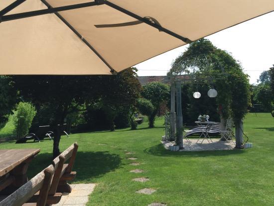 Alp Penzion: Stanza doppia e giardino hotel