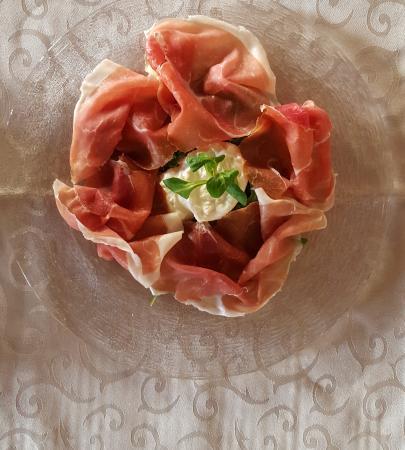 Castagnole Lanze, Italien: Burrata Con Crudo di Cuneo DOP