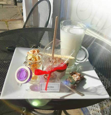Deganwy, UK: Our Hot Chocolate Surprise