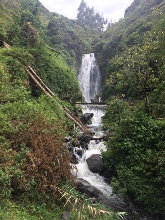Peguche Waterfall: Hermoso y relajante
