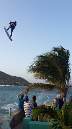 Clifton, Union Island: Sehr untherhaltsam mit den Kitesurfern die ihre Show vor & über der Bar abziehen