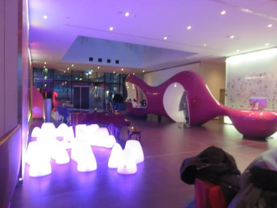 en el lobby con un dj tocando picture of nhow berlin berlin rh tripadvisor com sg
