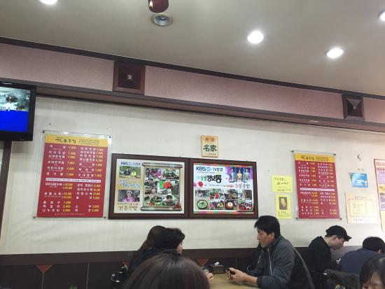 Suncheon, Korea Południowa: 전라도에서 처음 먹어본 국밥. 만일 당신이 경상도 사람이라면 국밥 집에서 주문할 수 있는 섞어국밥 혹은 내장국밥이 여기 건봉국밥의 일반 국밥이라고 생각하면 된다. 가격은 6