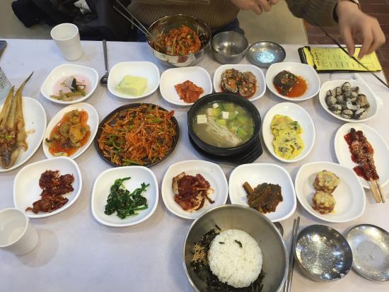 Suncheon, Korea Selatan: 순천만 자연 생태공원을 찾았다면 입구에 주루룩 늘어선 꼬막정식 식당들을 가득 볼 수 있다. 가장 눈에 잘 띄게 크게 차려진 식당이 일번가다.