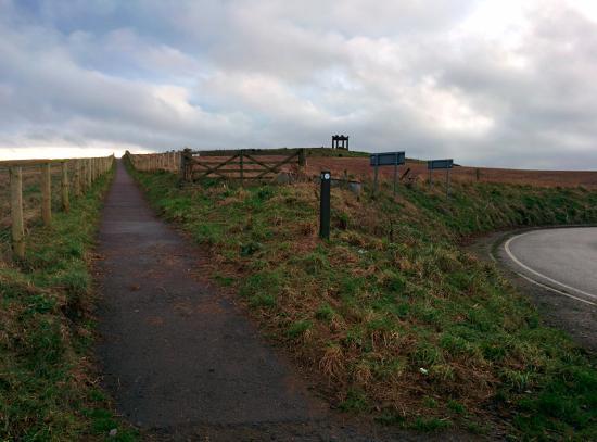 Stonehaven, UK: Entrada da trilha e War memorial ao fundo