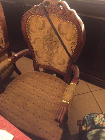 Lipsky Osobnyak : Продавленные затертые твёрдые громоздкие стулья