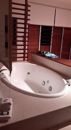 Mudjimba, Australia: Spa bath in master suite
