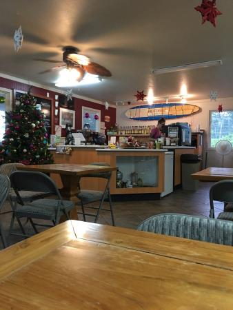 Mountain View, Hawái: Breakfast time at the Hilo Coffee Mill and the flowers are from the small Farmers market in it's