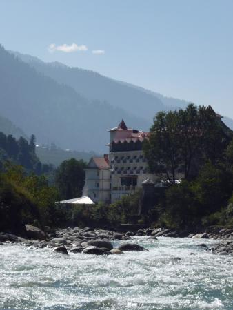 Beas River: a hotel directly at the river