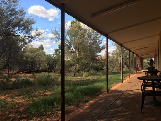 Kings Canyon Resort: Bereich vor den Zimmern
