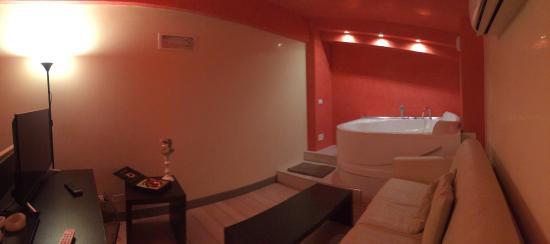 Hotel La Villa Resort: Soppalco suite con vasca Jacuzzi, divano, televisione e cioccolatini
