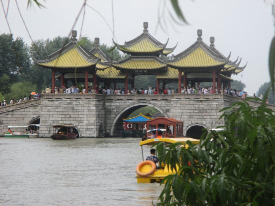 Yangzhou, Chine : The famous bridge in August