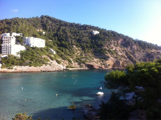 El Pinar Aparthotel: View from hotel room, beach and nearby restaurant