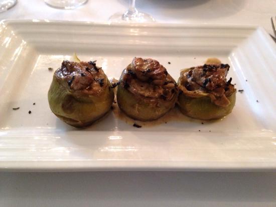 Sant Pau d'Ordal, Spanien: Filet amb foie i salsa de tòfona, sipietes am carxofa, ou i sobrassada, cArxofes amb foie i ceps