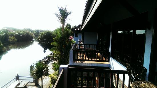 Baanrimnam Resort: Вид на балкон соседнего номера