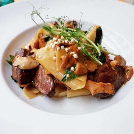 Borssó Bistro: Homemade Pasta with truffle sauce and duck breast (touch of basil)