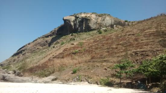 Barra de Guaratiba, RJ: Pedra da Tartaruga vista da praia do perigoso