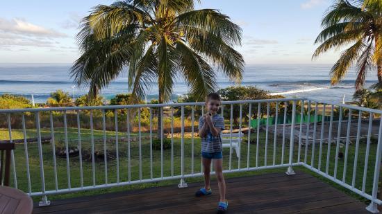 Le Moule, Γουαδελούπη: Notre fils sur la terrasse avec la vue sur le spot de surf