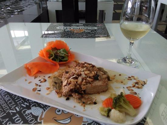 San Rafael de Escazu, كوستاريكا: Filete de Atún en salsa de vino marsala y almendra