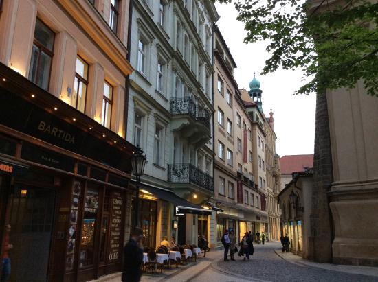 Residence Leon D'Oro: Улочка у отеля