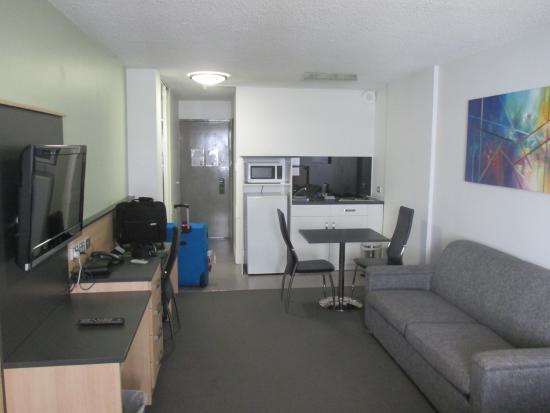 Comfort Inn & Suites Goodearth Perth: sofa, kitchen