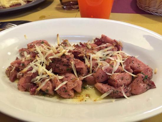 San Vito al Tagliamento, Italië: Gnocchi a base di rapa rossa alla Carnica con ricotta affumicata-Polenta con porcini