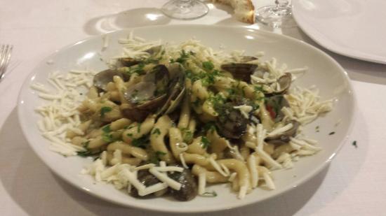 Fregene, Italia: Strozzapreti con vongole carciofi e ricotta salata.....