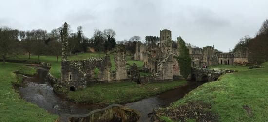 Ripon, UK: Even on a cold drizzly day at the end of January this place is fantastic - a lovely walk through