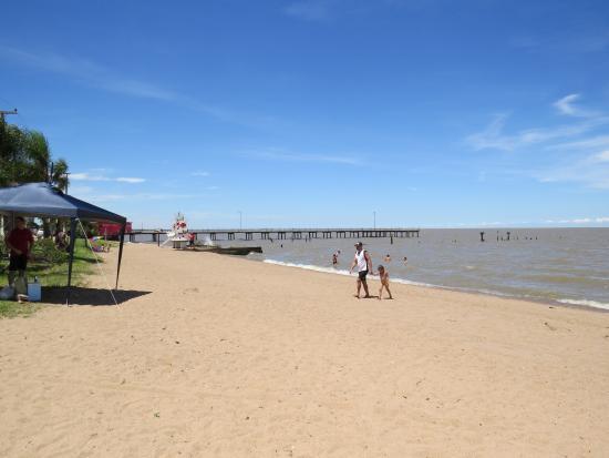 Arambare, RS: praia de areia e muita sombra a beira mar.