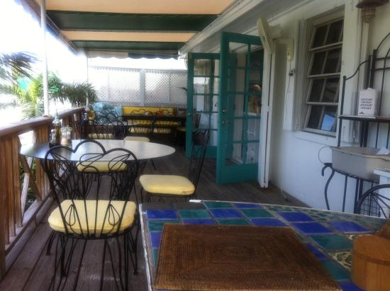 Dunmore Deli : Outdoor dining