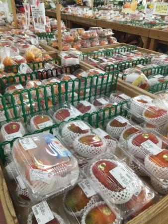 Road Station Itoman: 7月のマンゴーの季節には、直売所の半分がマンゴーで埋まります。
