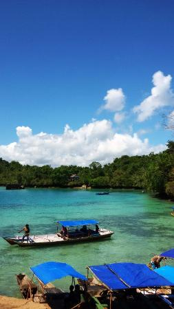 Raha, Indonesien: Centang perentang awan diatas danau napabale pulau muna