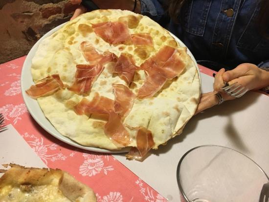 Signa, อิตาลี: Schiacciatini freddi, mozzarella cruda e prosciutto rinsecchito.. Si commentano da soli