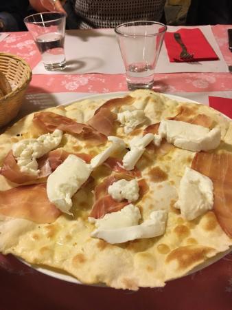 Signa, Italien: Schiacciatini freddi, mozzarella cruda e prosciutto rinsecchito.. Si commentano da soli
