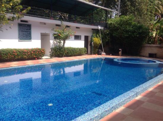 Aucune chaise longue autour de la piscine mal entretenue for Chiasse piscine