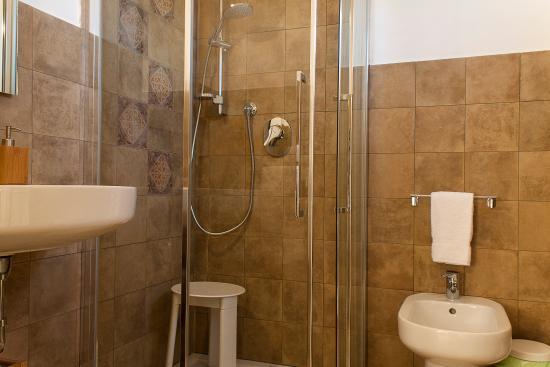 Punta Braccetto, Italia: bagno camere triple