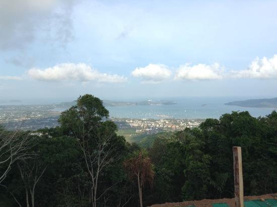 Chalong, Tailandia: вид с горы на восточный берег Пхукета