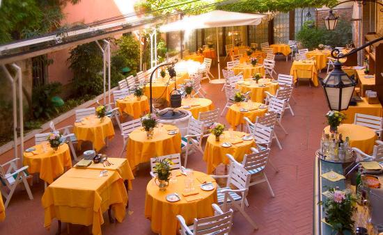 Hotel Saturnia & International: Il giardino interno del ristorante la Caravella - La Caravella restaurant inner courtyard