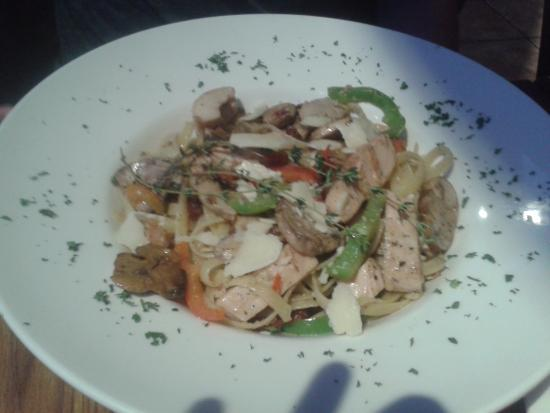 Trenton, Canadá: California Fettuccine with chicken, earthy mushrooms, peppers, sun dried tomatoes