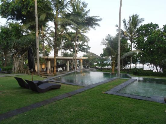 gartenanlage mit pool restaurant im hintergrund picture of kelapa retreat bali pekutatan. Black Bedroom Furniture Sets. Home Design Ideas