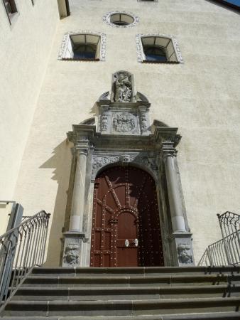 Pfaefers Dorf, Schweiz: Eingang zur Klosterkirche