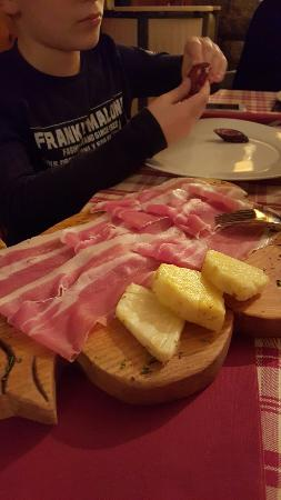 Montjovet, Italia: 20160131_201256_large.jpg