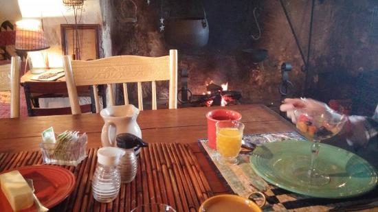 Valley Forge, Pensilvanya: Breakfast by the fire in the old kitchen